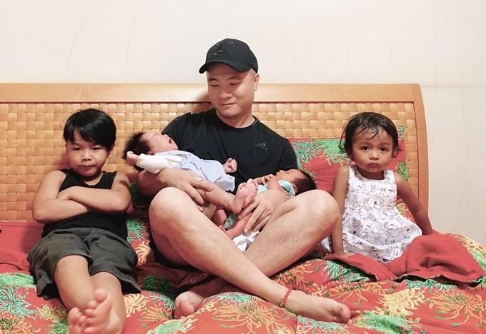 Đỗ Mạnh Cường bên các con Nhím, Linh Đan, My My và Gấu.