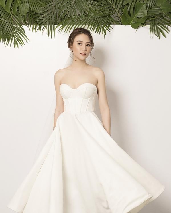Đàm Thu Trang sinh năm 1989 ở Lạng Sơn, từng đoạt giải Hoa khôi xứ Lạng 2010, vào top 6 Vietnams Next Top Model 2010, top 20 Hoa hậu Việt Nam 2012.