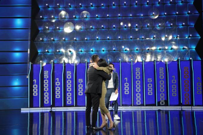 Thủy Tiên, Công Vinh ôm động viên nhau trong gameshow Tường Lửa - 1