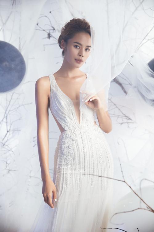 Váy cưới đuôi cá được xẻ ngực sâu và tiết chế đôi chút nhờ thiết kế voan mỏng, chứa đựngsự phóng khoáng, tinh thần tự do.