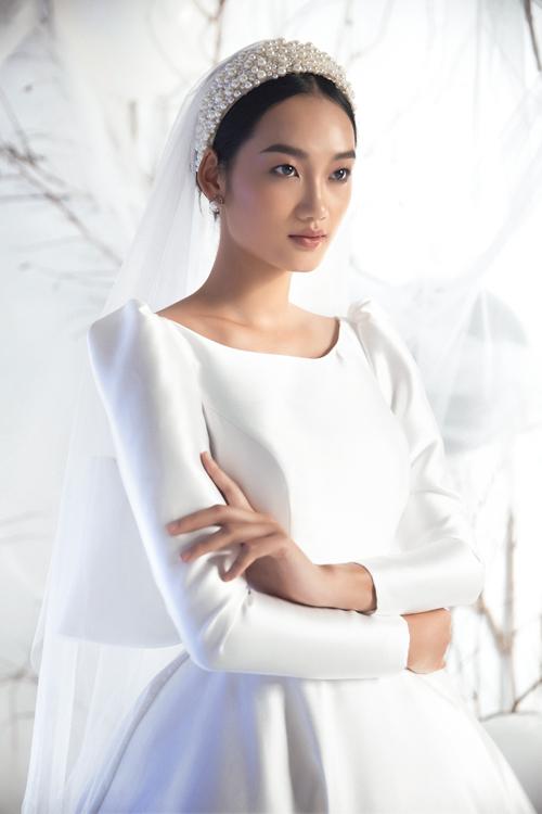 2. Váy satinXu hướng váytối giản, mang âm hưởng hoàng gia châu Âu vẫn tiếp tục làm mưa làm gió từ năm 2018 tới nay. Những mẫu đầm từ chất liệu vải satin đem đến vẻ đẹp sang trọng và cổ điển.