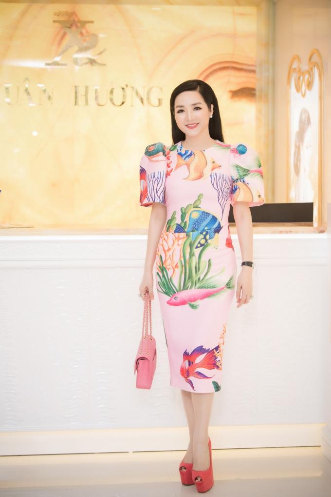 Sáng 21/7, Hoa hậu Xuân Hương tổ chức buổi khai trương cơ sở mới. Sự kiện thu hút hơn 500 phụ nữ,đội ngũ bác sĩ Bệnh viện ID Hàn Quốc cùng các người đẹp nổi tiếng, trong đó có Hoa hậu Giáng My. Cô diện chiếc váy hồng pastelin họa tiết, có thiết kế tay bồng điệu đà và tạo điểm nhấn bằng túi xách cùng giày cao gót.