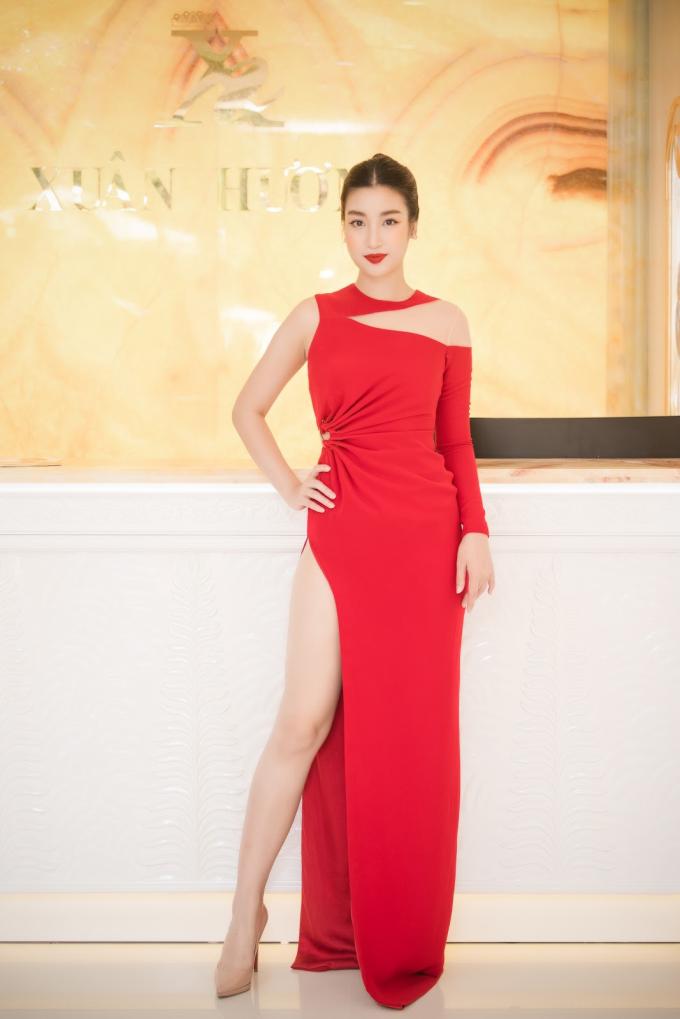 Hoa hậu Đỗ Mỹ Linh xuất hiện với váy đỏ nổi bật.