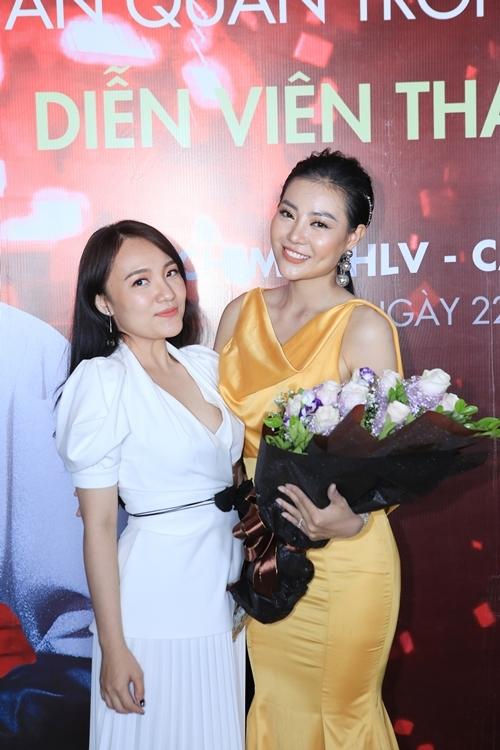 Ca sĩ Nhật Thủy Idol tái xuất sau hai năm tạm ngừng ca hát để tập trung cho gia đình. Cô cùng ông xã Ngô Quỳnh tới chúc mừng Thanh Hương.