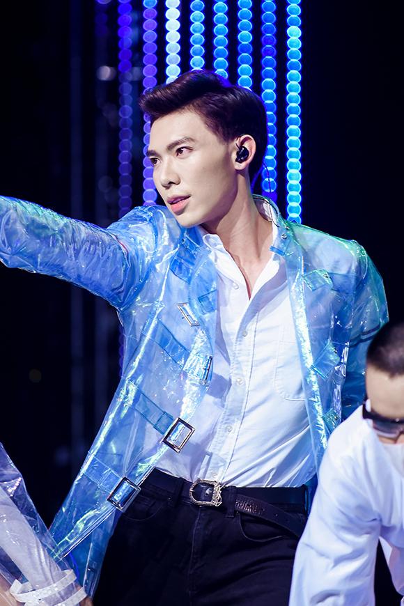 Erik gây ấn tượng trên sân khấu chung kết Giọng hát Việt với vẻ ngoài điển trai, vũ đạo đẹp mắt và cách xử lý bài hit Ghen hoàn toàn mới lạ.