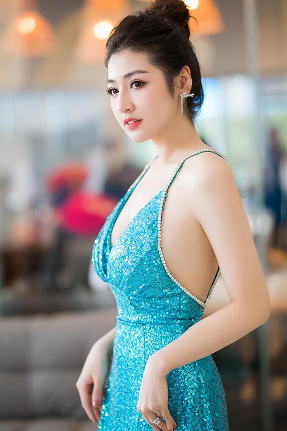 Cô gây chú ý khi khoe trọn tấm lưng trần khi diện đầm hai dây phủ sequins của nhà thiết kế Trần Ninh Hưng.