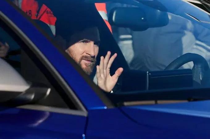 Messi lái Audi RS 6 Avant đến sân tập.