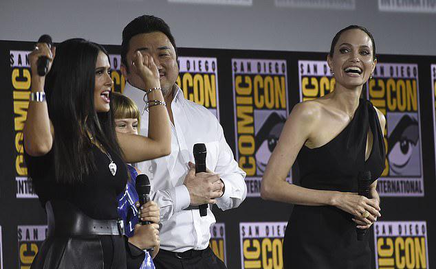 Salma Hayek (ngoài cùng bên trái) tán dương phim The Eternals vì quy tụ những người chưa bao giờ được đại diện là siêu anh hùng. Tôi tự hào vì có mặt trong gia đình đa dạng này, cô chia sẻ.