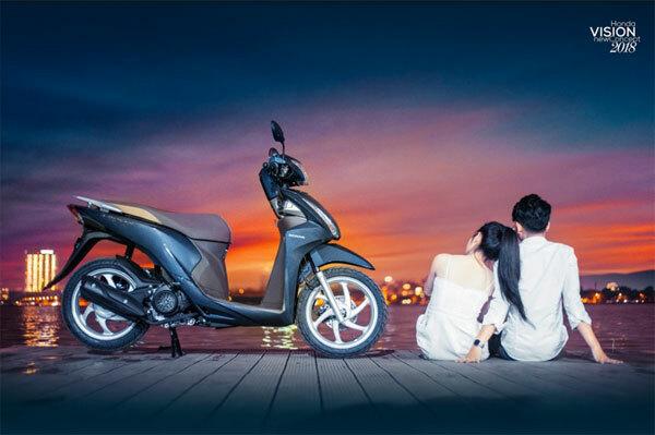 Honda Vision là một trong những mẫu xe máy tay ga được nhiều bạn gái yêu thích vì kiểu dáng nữ tính, gọn nhẹ.