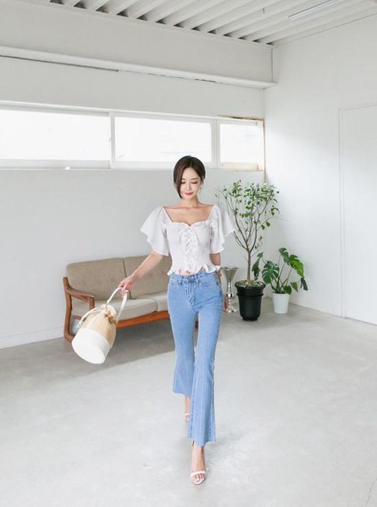 Áo blouse và quần jeasn và bộ đôi được các tín đồ thời trang châu Á, châu Mỹ ưa chuộng ở mùa hè này. Đây cũng là công thức mix đồ dễ áp dụng cho các nàng công sở.