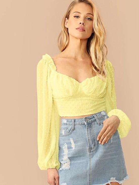 Áo blouse tay bồng có thiết kế vạt áo vừa chấm đai lưng quần, phom dáng khiến phần lưng tưởng chừng được thu ngắn lại, tạo cảm giác người mặc có đôi chân thon dài.