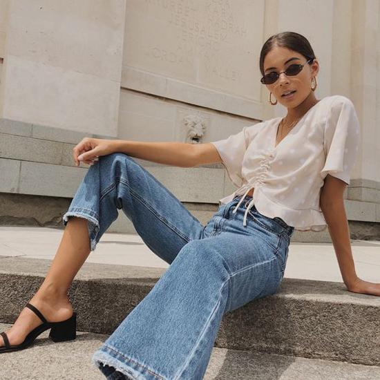 Áo blouse trắng kết hợp cùng jeans xanh cổ điển là lối phối hợp phổ biến nhất. Set đồ này thường mang lại sự trẻ trung, dễ tránh các lỗi phối hợp màu sắc. Do đó chúng được các tín đồ thời trang thường xuyên áp dụng khi xuống phố.