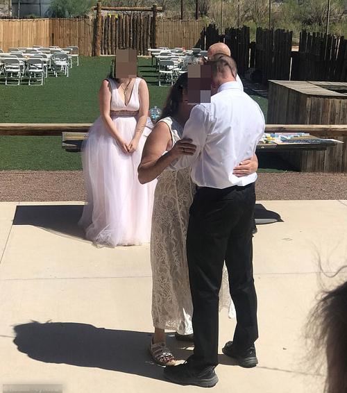Đám cưới diễn ra tại Mỹ, cô dâu mặc váy xòe còn mẹ chồng diện váy ren trắng.