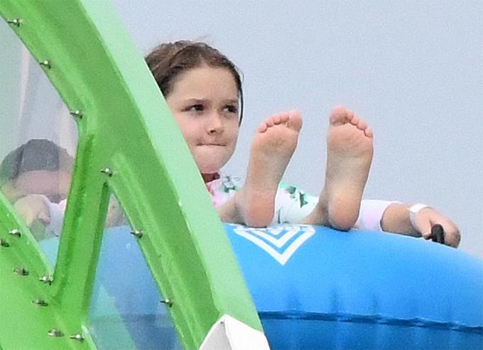 Trong khi đó cô nhóc Harper mặc áo bơi