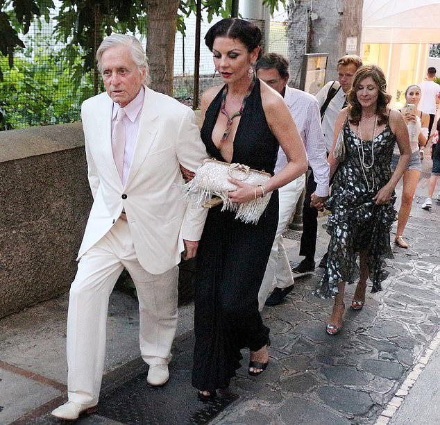 Catherine Zeta-Jones trang điểm lộng lẫy kiểu cổ điển và diện đầm gợi cảm khi đi dự bữa tiệc theo chủ đề phim Gatsby vĩ đại mừng tỷ phú người Canada Lawrence Stroll bước sang tuổi 60.