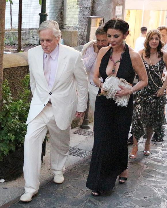 Michael Douglas lịch lãm trong bộ vest trắng. Ở tuổi 74, ngôi sao Bản năng gốc đã già đi nhiều. Ông từng trải qua vài năm chiến đấu với căn bệnh ung thư lưỡi và đã đẩy lùi được bệnh tật.