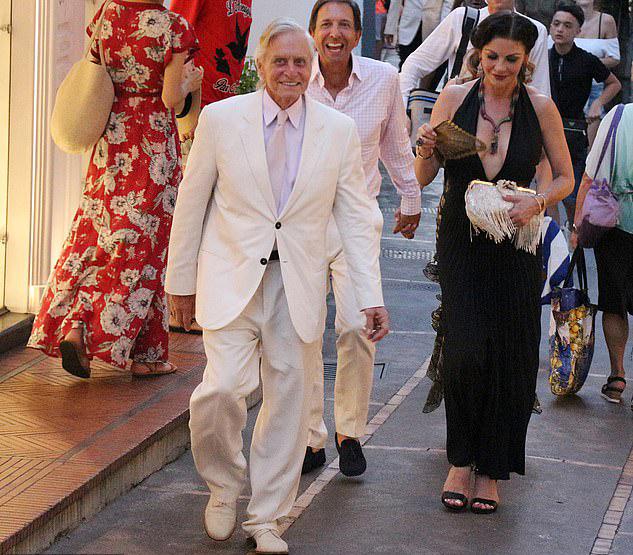 Cặp sao dành nhiều thời gian đi du lịch, nghỉ dưỡng. Catherine Zeta-Jones cũng hạn chế đóng phim để chăm sóc chồng và tổ ấm gia đình.