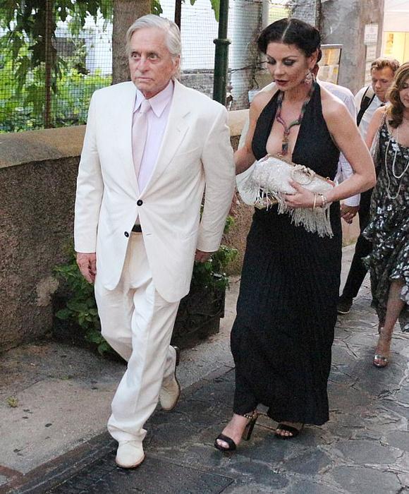 Cặp sao Hollywood Michael Douglas và Catherine Zeta-Jones sánh đôi tại thành phố biển Capri, Italy hôm 20/7.