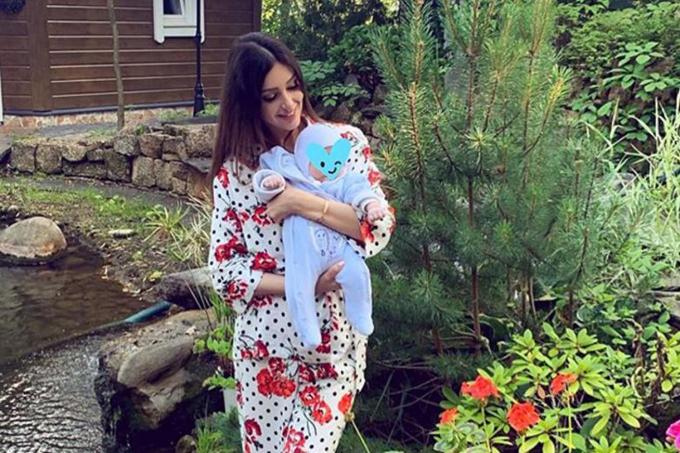 Oksana bế con trai hai tháng tuổi trong khuôn viên ngôi nhà ở ngoại ô Moskva. Ảnh: Instagram.