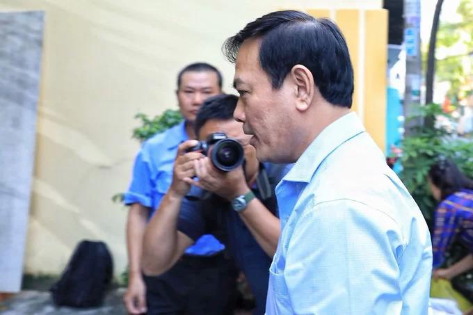 Ông Linh chạy vào tòa hồi tháng trước. Ảnh: Hữu Khoa.
