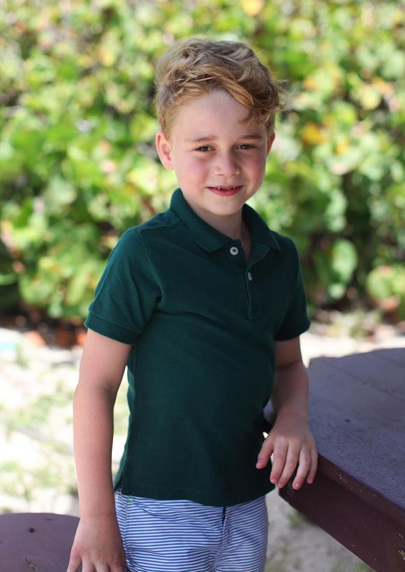 Hoàng tử George mặc áo polo H&M khi đi nghỉ dưỡng cùng gia đình nhân dịp sinh nhật 6 tuổi tại đảo Mustique. Ảnh: Kensington Palace.