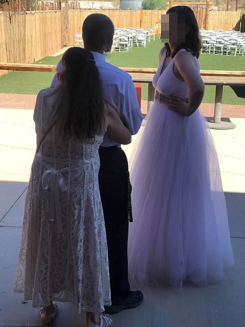 Thậm chí khi nhảy xong, mẹ chồng vẫn ôm chặt con trai không buông.