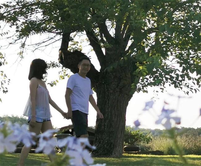 Hai vợ chồng ngôi sao - doanh nhân kết hôn đã 11 năm và lúc nào cũng lãng mạn, hạnh phúc như thủa mới yêu. Trước khi lấy Lý Gia Hân, ông Hứa đã có một đời vợ.