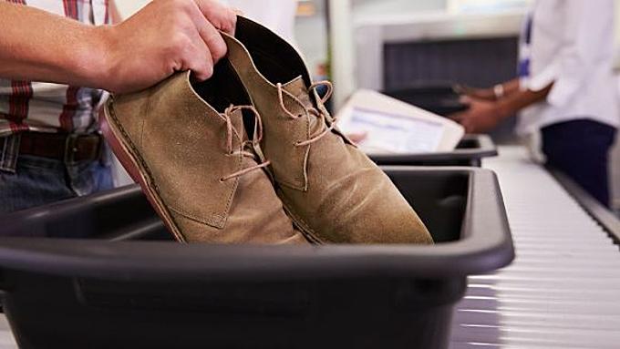 Vì sao không nên đi chân trần qua máy quét an ninh sân bay