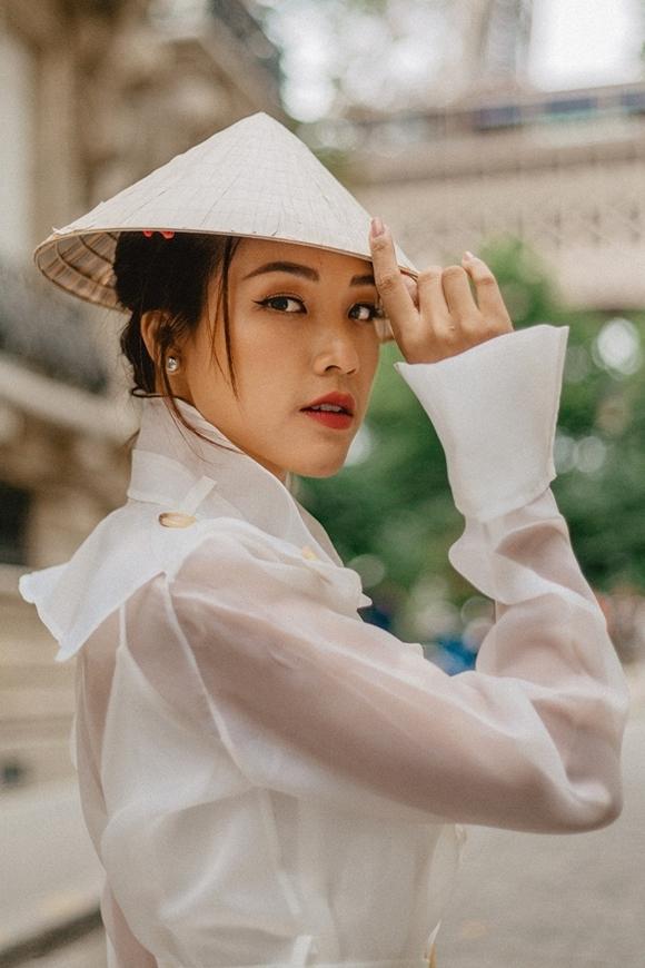 Ngoài chiếc đầm đỏ dịu dàng, Hoàng Oanh còn phối nón lá với mẫy váy áo organza.
