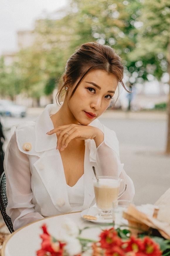 Hoàng Oanh xinh đẹp dùng bữa tại một nhà hàng ở Paris. Cô bắt đầu chuyến đi sau thời gian bận rộn quảng bá cho phim điện ảnh Ước hẹn mùa thu do cô đóng chính cùng hot boy Quốc Anh kém cô 8 tuổi. Dịp Valentine, nữ diễn viêncông khai yêu xa với một chàng trai ngoại quốc, song không hé lộ nhiều bởi muốn giữ chuyện tình cảm cho riêng mình.