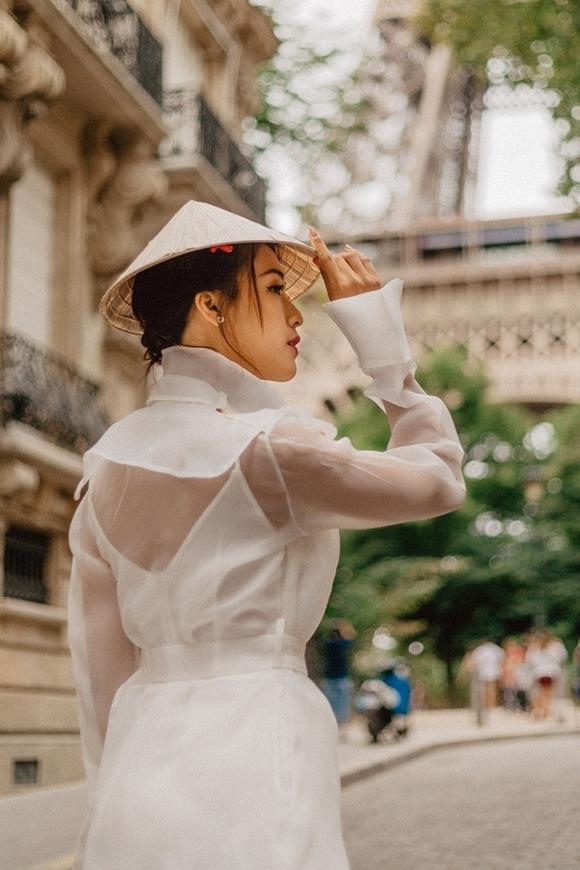 Á hậu - MC mang nón lá quê nhà đi khắp đường phố Paris.