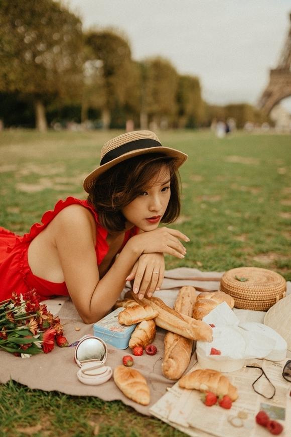 Công viên ở trung tâm thành phốlà địa điểm lý tưởng cho buổi cắm trại. Hoàng Oanh mang theo hoa tươi, bánh ngọt, trái cây, đồ uống và sách tới đây tận hưởng nắng hèParis.