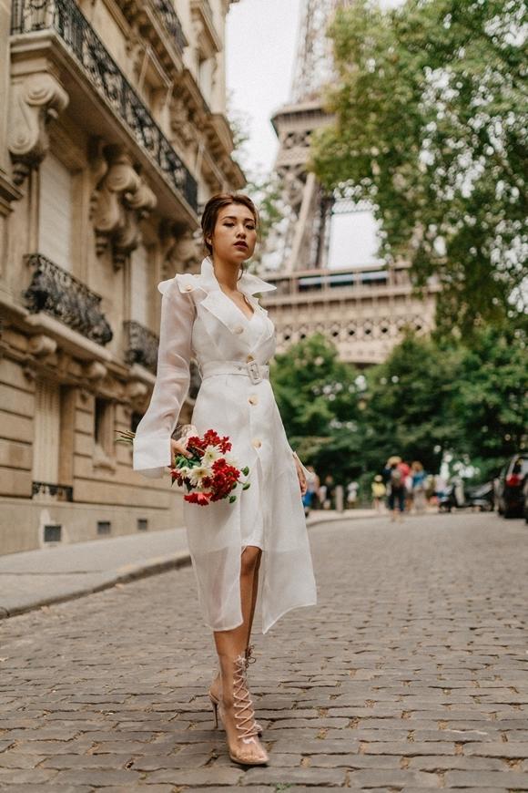 Cô nàng Pha Lê của phim Ước hẹn mùa thu cầm hoa dạo phố nước Pháp.