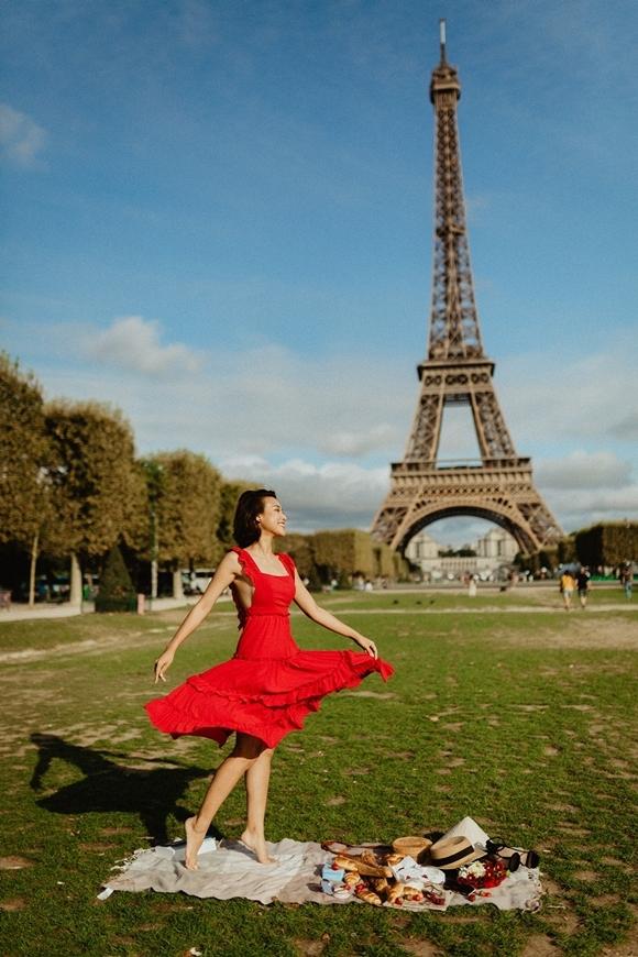 Người đẹp Việt khoe vẻbay bổng và tươi trẻ trong chiếc váy đỏ nổi bật với khung cảnh phía sau là tháp Eiffel. Cô tâm sự, từ nhỏ cô đã nuôi giấc mơ đến thăm công trình kiến trúc nổi tiếng này.