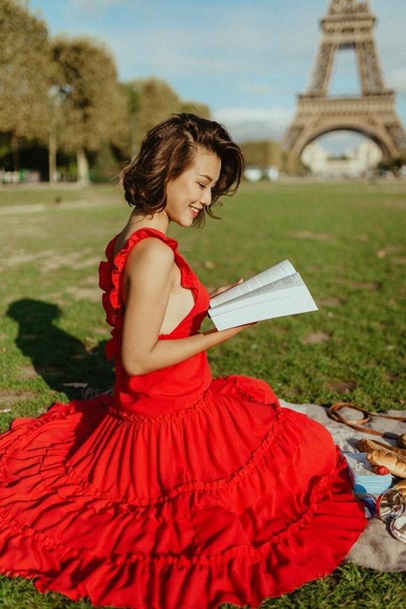 Gần đây, Á hậu - MC Hoàng Oanh mới lựa chọn Pháp làm điểm đến trong chuyến du lịch mùa hè. Những ngày lưu lại thủ đô đất nước châu Âu, cô thực hiện một bộ ảnh đường phố với hình ảnh quý cô hiện đại.