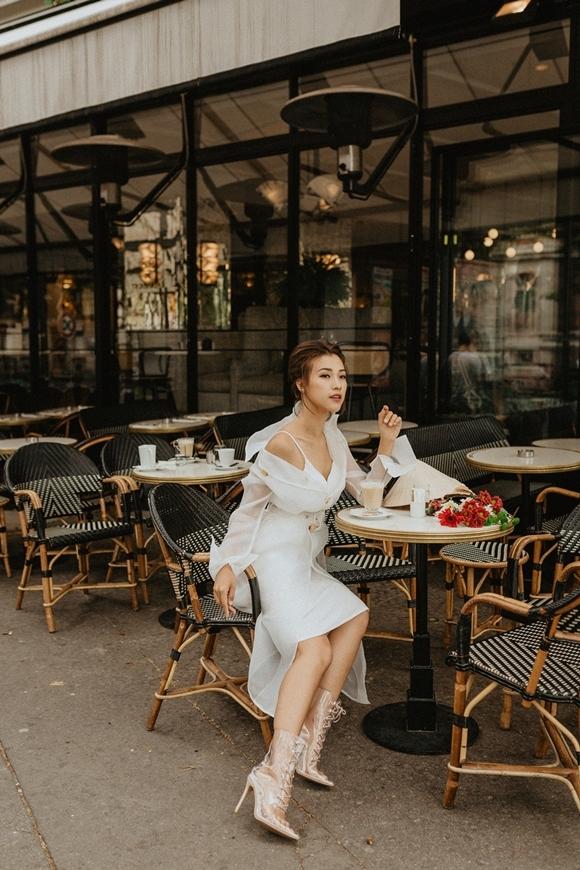 Ghé chơi nước Pháp, Hoàng Oanh yêu thích vẻ đẹp cổ điển, giản dị và yên bình của các con phố cổ, các sạp hàng hóa, sông Sein và những món ẩm thực đặc trưng của địa phương.
