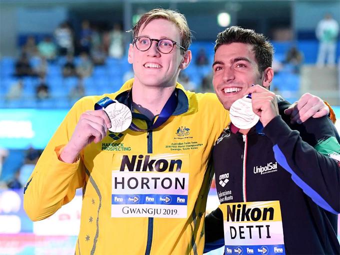 Kình ngư người Australai sau đó chụp ảnh riêng với Detti