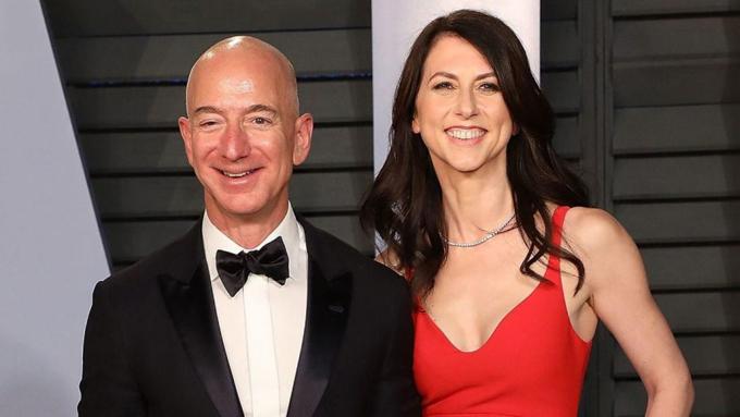 Tỷ phú Jeff Bezos và vợ cũ Mackenzie trước khi ly hôn. Ảnh: AP.