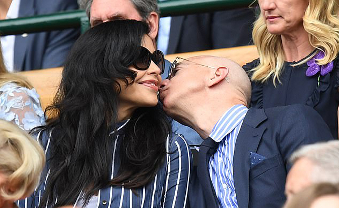 Jeff Bezos và Lauren Sanchez say đắm bên nhau ở trận chung kết đơn nam Wimbledon hôm 14/7. Ảnh: marklarge.