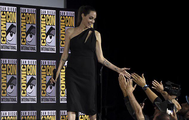 Angelina Jolie rạng rỡ chào khán giả tại hội chợ Comic-Con ở San Diego (Mỹ) ngày 20/7. Cô tham dự cùng dàn diễn viên phim The Eternals - một tác phẩm mới về những siêu anh hùng mới của vũ trụ điện ảnh Marvel.