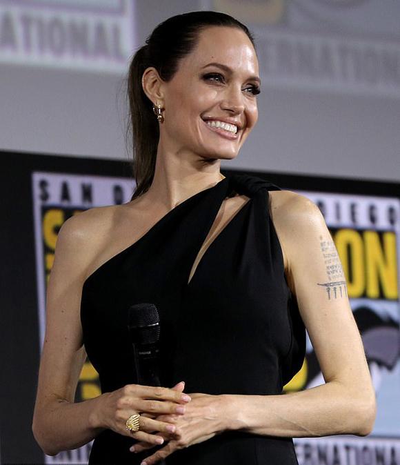 Sau nhiều thông tin đồn đoán, tại sự kiện này Angelina đã chính thức xác nhận sẽ trở thành siêu anh hùng Thena. Tôi vô cùng hào hứng khi có mặt ở đây! Đây là lần đầu tiên tôi thủ vai một siêu anh hùng. Tôi thấy rất vui và hạnh phúc khi được gia nhập ngôi nhà Marvel. Chúng tôi đều đã đọc kịch bản và biết nhiệm vụ của mình là gì. Chúng tôi sẽ cố gắng làm việc thật chăm chỉ, Angelina chia sẻ với khán giả.