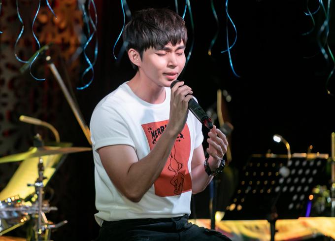 Jun Phạm hát tặng fan các ca khúc từng được anh thể hiện tại chương trình Gương mặt thân quen 2017 và bài hát sắp phát hành có tên Hai bàn tay.