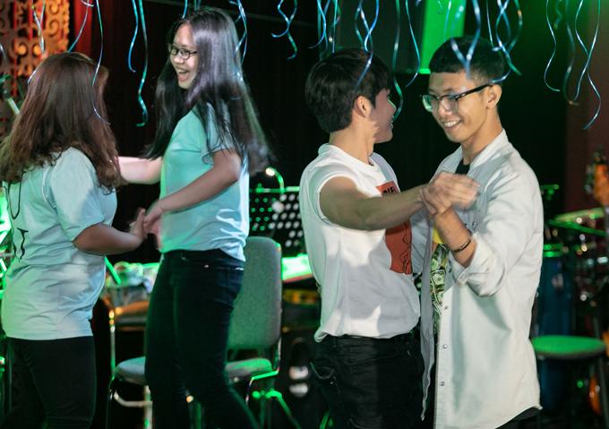 Nam ca sĩ vui chơi hết mình cùng các bạn trẻ trong buổi họp fan. Trong ảnh, anh khiêu vũ cùng một chàng trai.