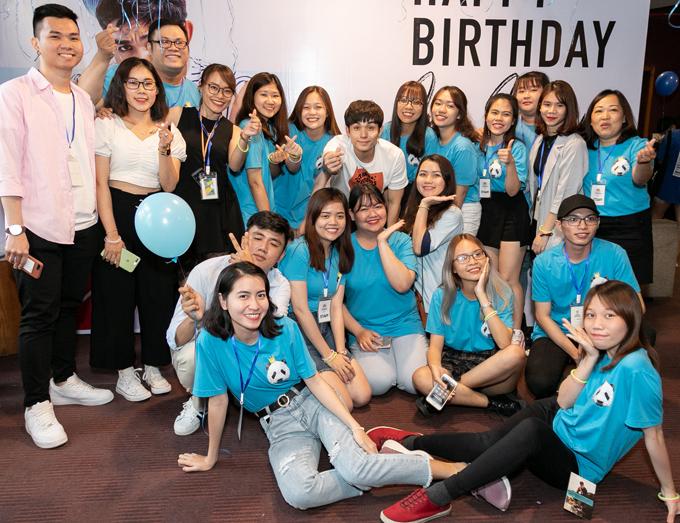 Jun bắn tim chụp ảnh kỷ niệm với các bạn trẻ trong ngày sinh nhật.