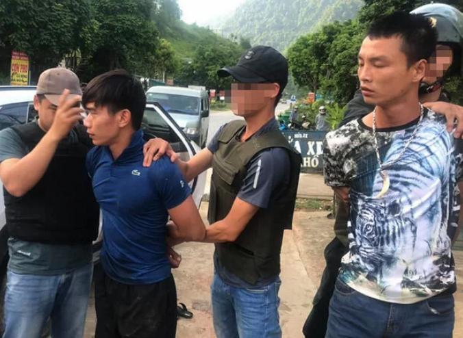 Cảnh sát bắt giữ hai nghi can trên chiếc xe 5 chỗ chở 100 bánh heroin. Ảnh: Bảo Ngọc