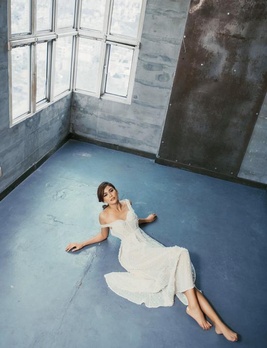 Bên cạnh phom dáng gợi cảm, váy đi tiệc cho nàng công sở sành điệu còn được xử lý chất liệu một cách tinh tế.
