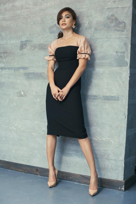 Những xu hướng thịnh hành như váy tay bồng, đầm xếp ly, váy bút chì đều được biến tấu một cách mới mẻ qua từng trang phục.