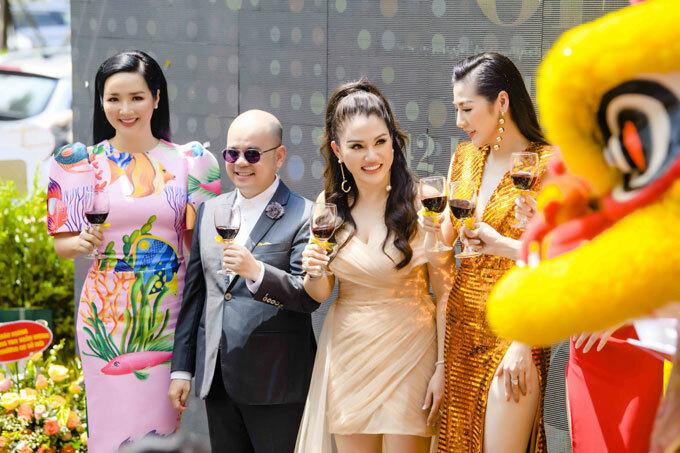Giáng My nâng lu chúc mừng Hoa hậu Xuân Hương (thứ hai, từ phải sang) thành công trong công việc kinh doanh, tiếp tục khai trương cơ sở mới.