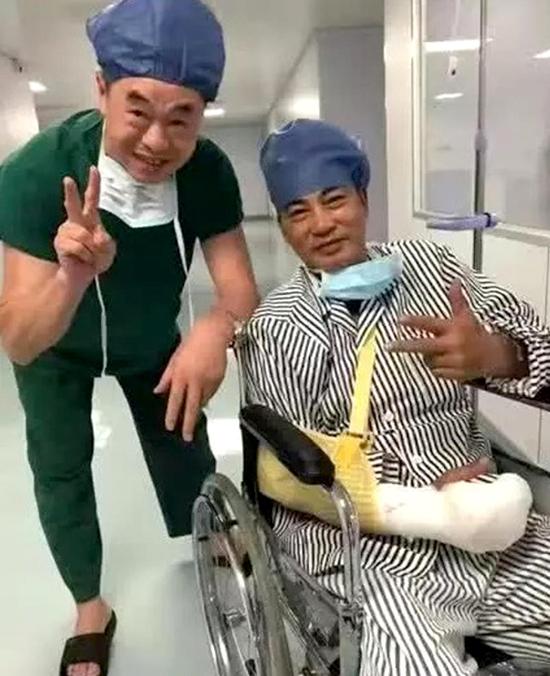 Trước đó, hình ảnh Nhậm Đạt Hoa tại bệnh viện ở Quảng Đông cũng được chia sẻ trên mạng xã hội, nhiều khán giả chúc anh mau chóng bình phục. Nhậm Đạt Hoa khi dự sự kiện ở Trung Sơn hôm 20/7 đã bị một người đàn ông lạ mặt đâm vào bụng, gây tổn thương phần mềm ở bụng, 4 ngón tay vị thương. Người đàn ông sau đó được xác định là tâm thần.
