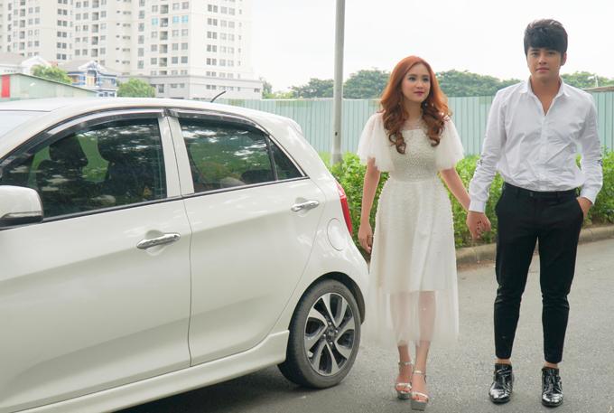 Vợ chồng Phương Hằng tay trong tay dự sự kiện ở quận 7. Cặp đôi kết hôn được hơn 2 năm, tình cảm rất mặn nồng.